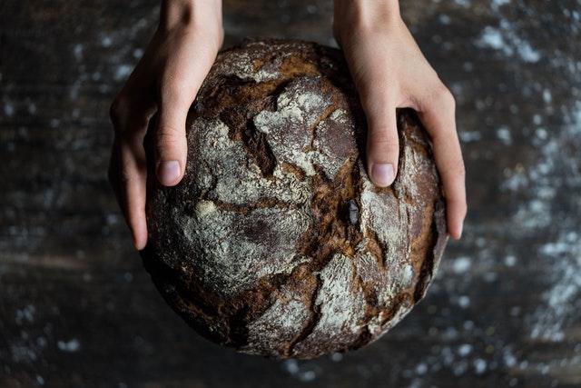 domowy chleb, zalety domowego chleba, historia chleba, czemu warto jeść chleb, korzyści zdrowotne chleba, pieczenie chleba, chleb z supermarketów a chleb domowy,