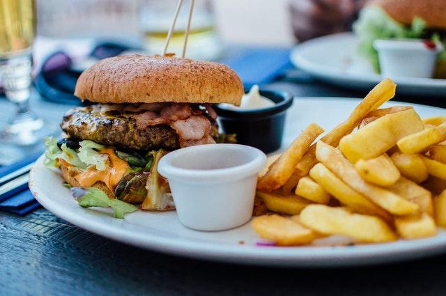 fast food, czemu fast food szkodzi, czemu fast food uzależnia, wady jedzenia w fast foodach, konsekwencje fast foodów, czy fast food jest dobry dla nas